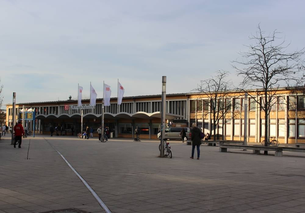 Neue Schiedsrichter (h.v.l.): Dennis Laeseke (Lehrgangsleiter), Stephan Thiede (MTV Gifhorn), Stefan Will (Wesendorfer SC), Jürgen Eßmann (Teilnehmer am Braunschweiger AWL; FSV Adenbüttel Rethen), Manfred Rösner (Bezirks-Lehrstab; Prüfer), Thorben Rutsch und Korbinian Becker (Lehrgangsteam), (v.v.l.): Herbert Schacht (Kreisschiedsrichterobmann), Geron Meinecke (TSV Schönewörde), Christoph Buhr (TV Emmen), Thomas Hoffmann (FC Brome), Marcel Würdig (VfL Knesebeck), Franka Gerstmann und Klara Lütge (beide TSV Hillerse) und Emily Schleger (SV Dannenbüttel). Foto: NFV Kreis Gifhorn
