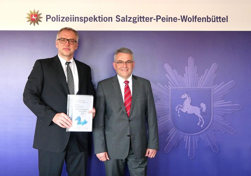 Von links: Volker Warnecke, Polizeichef Salzgitter/Peine/Wolfenbüttel, Bernhard Bergmann, Leiter des Zentralen Kriminaldienstes. Foto: Alexander Panknin