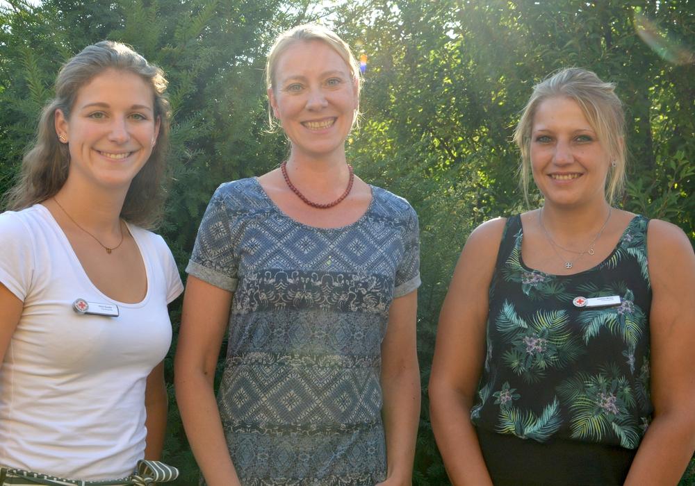 Aline Gauder (links) und Charlyn Müller (rechts) von der DRK-Flüchtlingshilfe freuten sich über den Besuch der Islamwissenschaftlerin und Dozentin Julia Nohn im Solferino. Foto: DRK