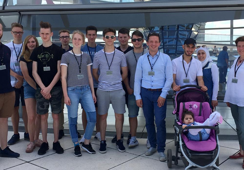 Falko Mohrs mit den Mitgliedern einer Jungwähler-Gruppe aus Lehre auf der Kuppel des Reichstags . Foto: Büro Mohrs