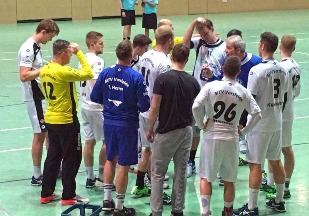 Trainer Jürgen Thiele versuchte seine Handballer wachzurütteln. Der MTV verlor dennoch knapp mit 31:30 beim TSV Burgdorf III. Foto: Fabian Rampas