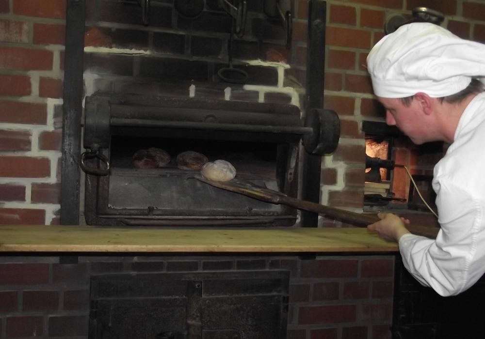 Bäcker Mücke backt im traditionellen Backofen. Foto Stadt Salzgitter