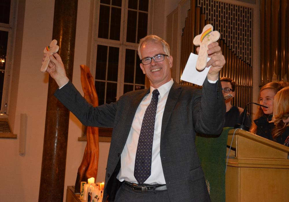 Pastor Hans-Martin Joost freute sich sehr über die Geschenke der Vorkonfirmanden. Fotos: Privat