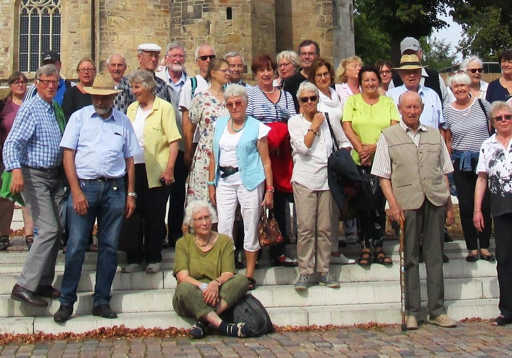 Die Teilnehmer der Jahresfahrt des Gärtnermuseums vor der Michaeliskirche in Hildesheim. Foto: privat