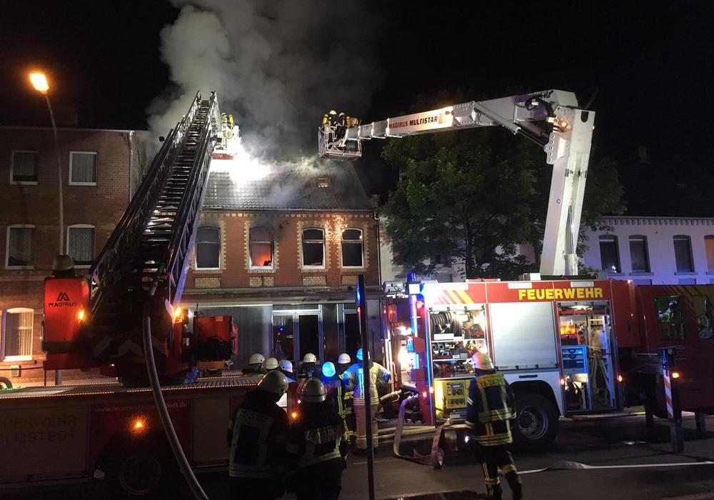 Im Obergeschoss eines  Wohnhauses ist heute Nacht ein Feuer ausgebrochen. Fotos: Maik Wermuth