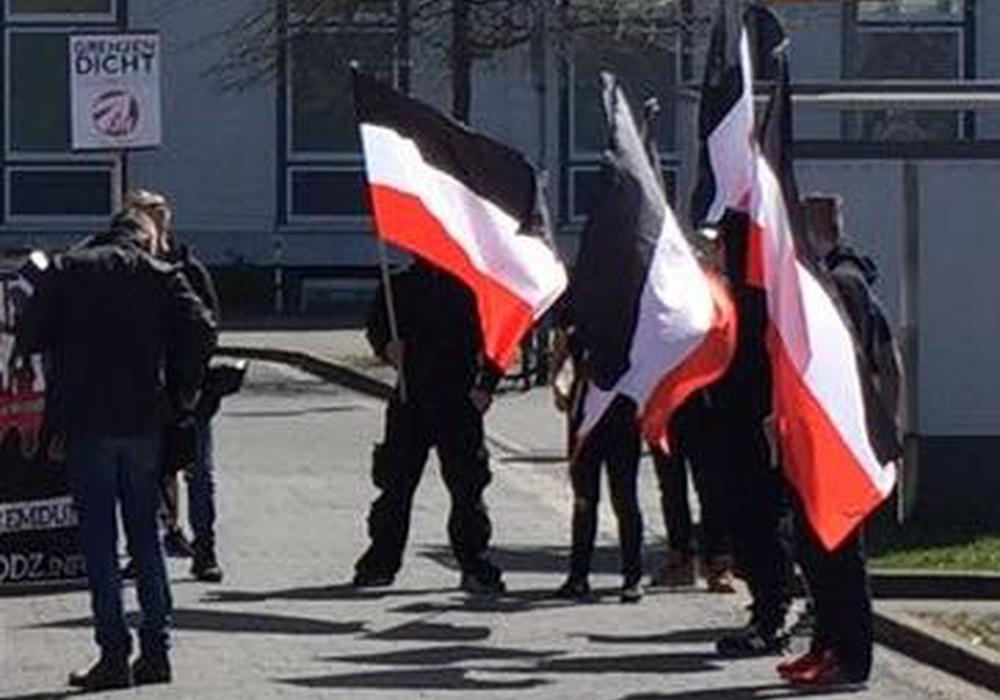 Die NPD demonstiert gegen ein Verbot von Reichsflaggen und Reichskriegsflaggen. (Archivbild)