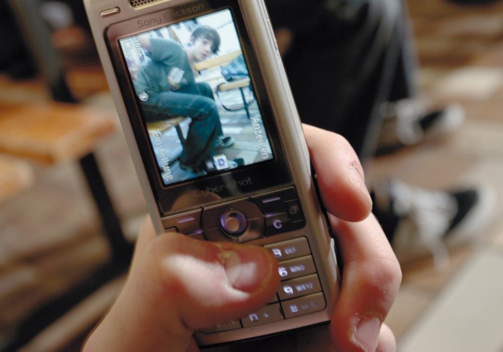 Mit einem Foto eines potentiellen Mobbingopfers kann viel Schaden angerichtet werden. Foto: Polizeiliche Kriminalprävention der Länder und des Bundes