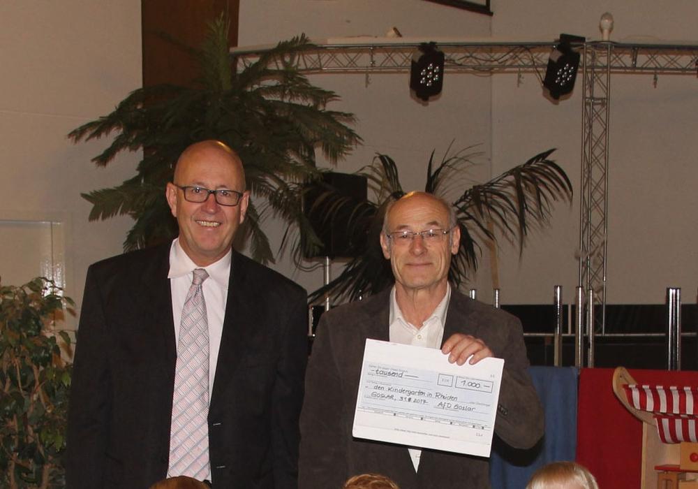 Dirk Straten und Dr. Tyge Claussen überreichten eine großzügige Spende an die Kita in Rhüden. Foto: AfD