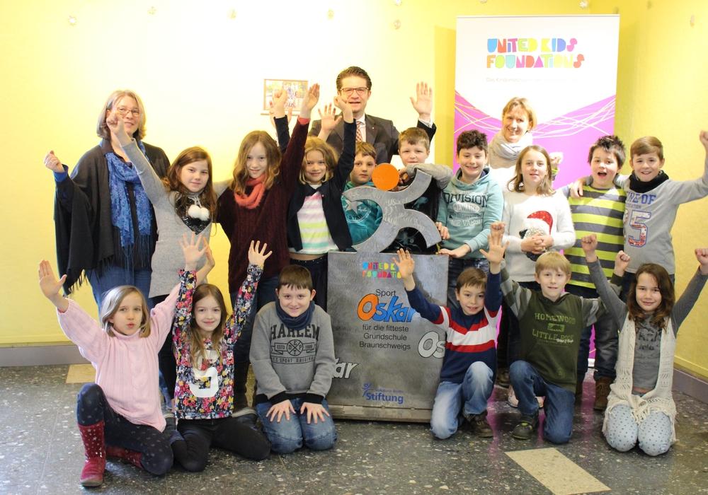 Das nächste Schulhalbjahr über hat der Sport-Oskar im Foyer Grundschule Schunteraue seinen Platz. Heute wurde er von Carsten Ueberschär feierlich übergeben. Foto: Eva Sorembik