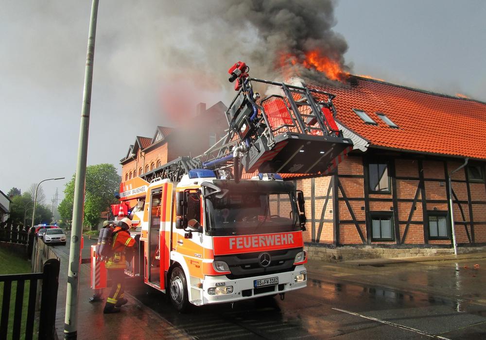Die Bewohnerin des Gebäudes erlitt einen Schock. Fotos: Feuerwehr Braunschweig