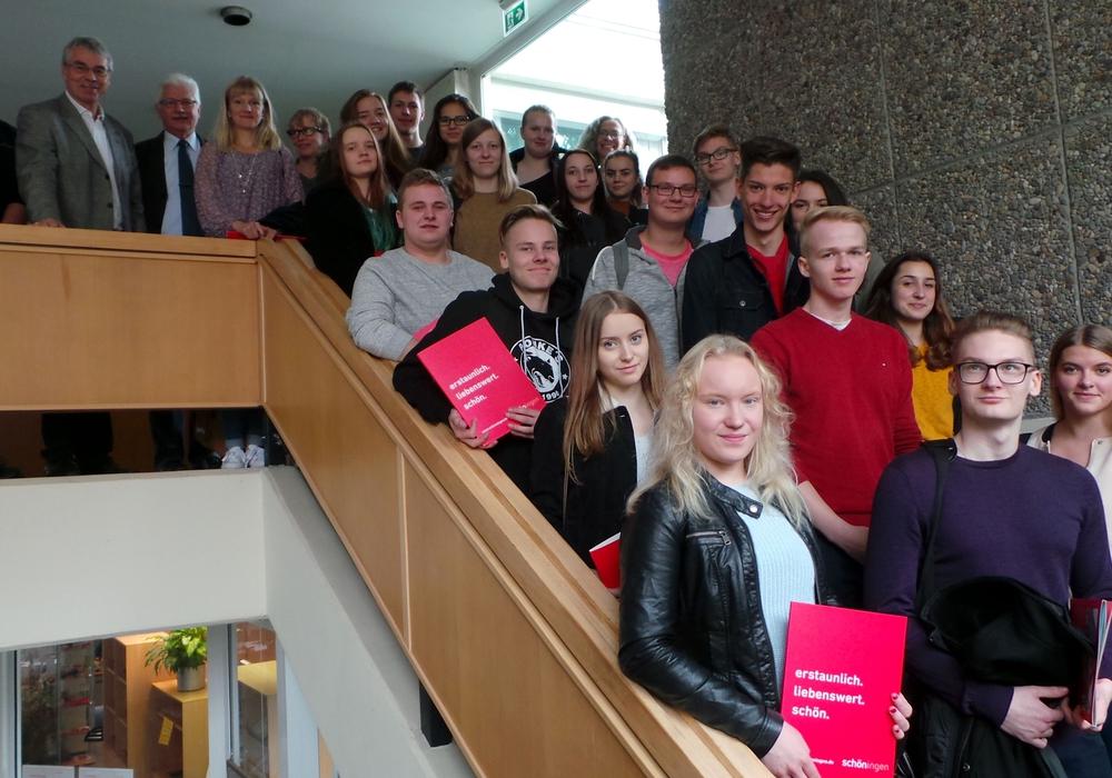 Gymnasiasten aus Finnland und aus Schöningen besuchten das Rathaus. Empfangen wurden sie von Bürgermeister Henry Bäsecke. Foto: Stadt Schöningen