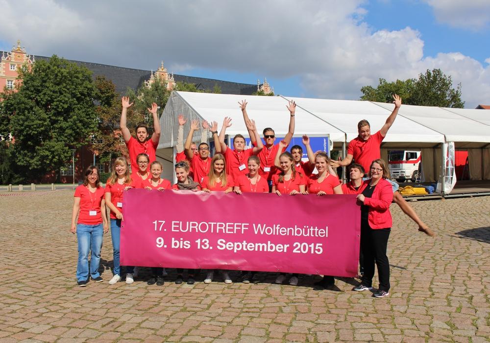 Das Zelt auf dem Schlossplatz steht bereits. Die Veranstalter freuen sich: Ab morgen kann der EUROTREFF los gehen. Foto: Jan Borner