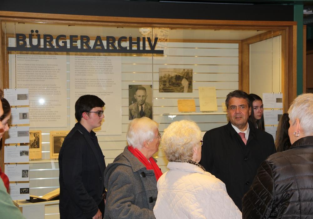Am 9. November wurde die Ausstellung im Bürgerarchiv von Bürgermeister Thomas Pink und Sigmar Gabriel eröffnet. Fotos: Museum Wolfenbüttel