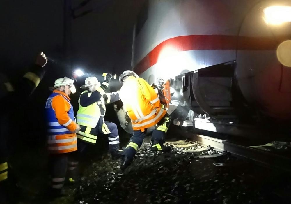Unter der Leitung von Andreas Schmidt (gelbe Weste) wird das Seitenteil des ICEs  nach dem Unfall abgetrennt. Foto: Pressestelle Kreisfeuerwehr Gifhorn