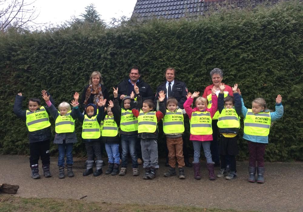 Die Kinder der Kindertagesstätte in Völkenrode können sich über Warnwesten freuen. Foto: Verkehrswacht Braunschweig e.V.