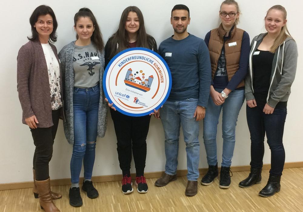 Katrin Binius (Kinderbeauftragte), Yolla Salim, Amar Salim, Yakup Ural, Melina Nachsel und Natalie Probst Foto: Kinder- und Jugendkomission Wolfsburg