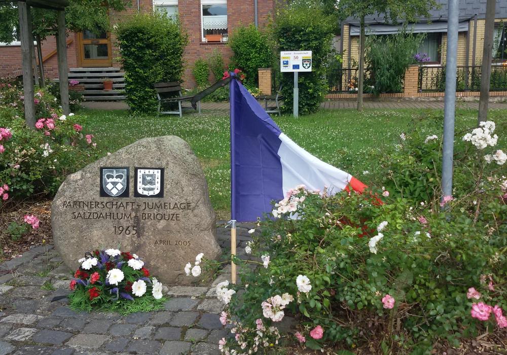 Salzdahlum trauert mit Nizza. Am Freitagabend wurde ein Gesteck auf dem Briouze-Platz niedergelegt. Foto: Bothe