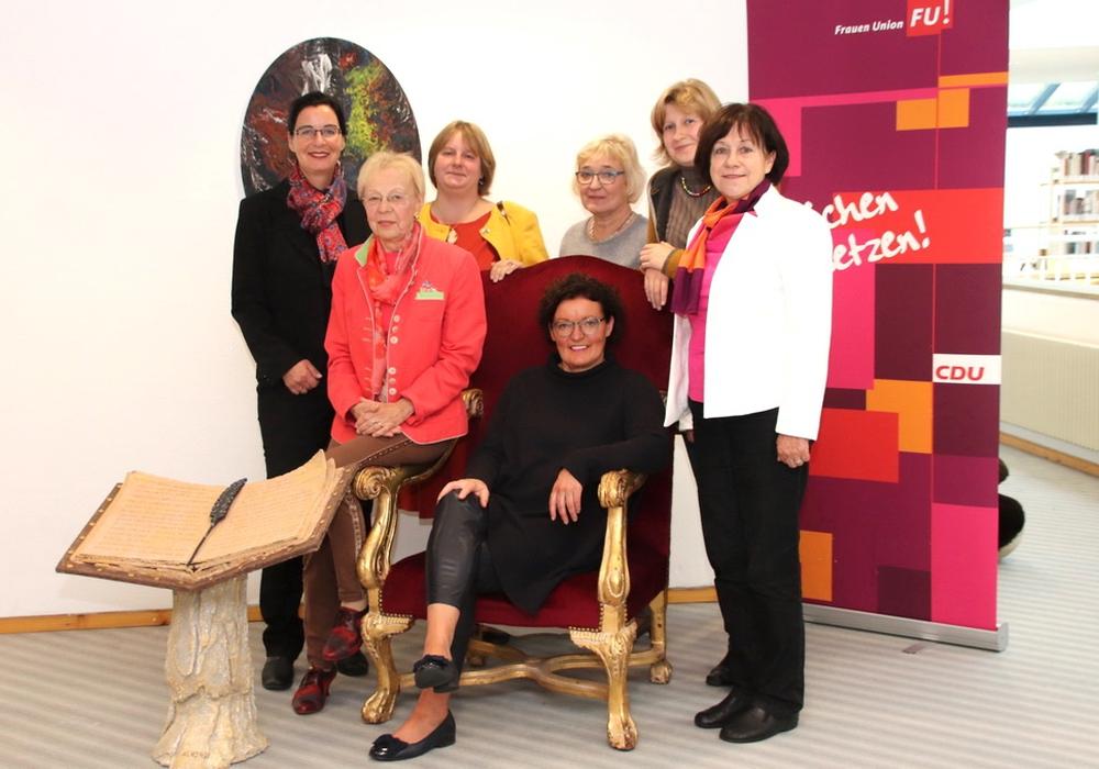 Veronika Koch, Karin Verstegen, Diana Siedentopf, Patricia von Berg, Julia Kark, Renate Rehnelt (v. li.); Sitzend: Die erste Vorsitzende Marion Övermöhle-Mühlbach. Foto: CDU