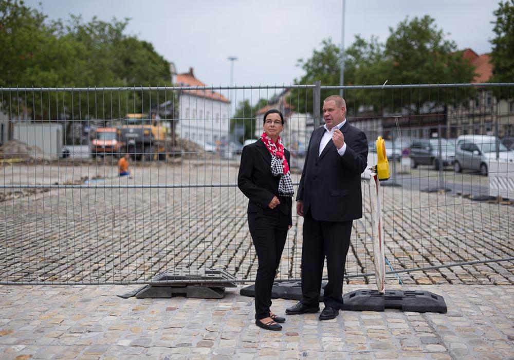 Bei einem Besichtigungstermin erläuterte der Helmstedter Bürgermeister Wittich Schobert gegenüber Veronika Koch laufende und geplante Baumaßnahmen am Holzberg. Foto: Wahlkreisbüro Veronika Koch
