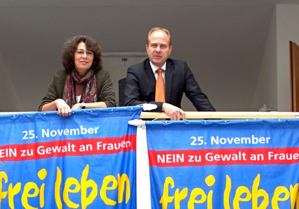 """Der Landkreis Helmstedt hisst die Fahnen anlässlich des Internationalen Tags """"Nein zu Gewalt an Frauen. Foto: Landkreis Helmstedt"""