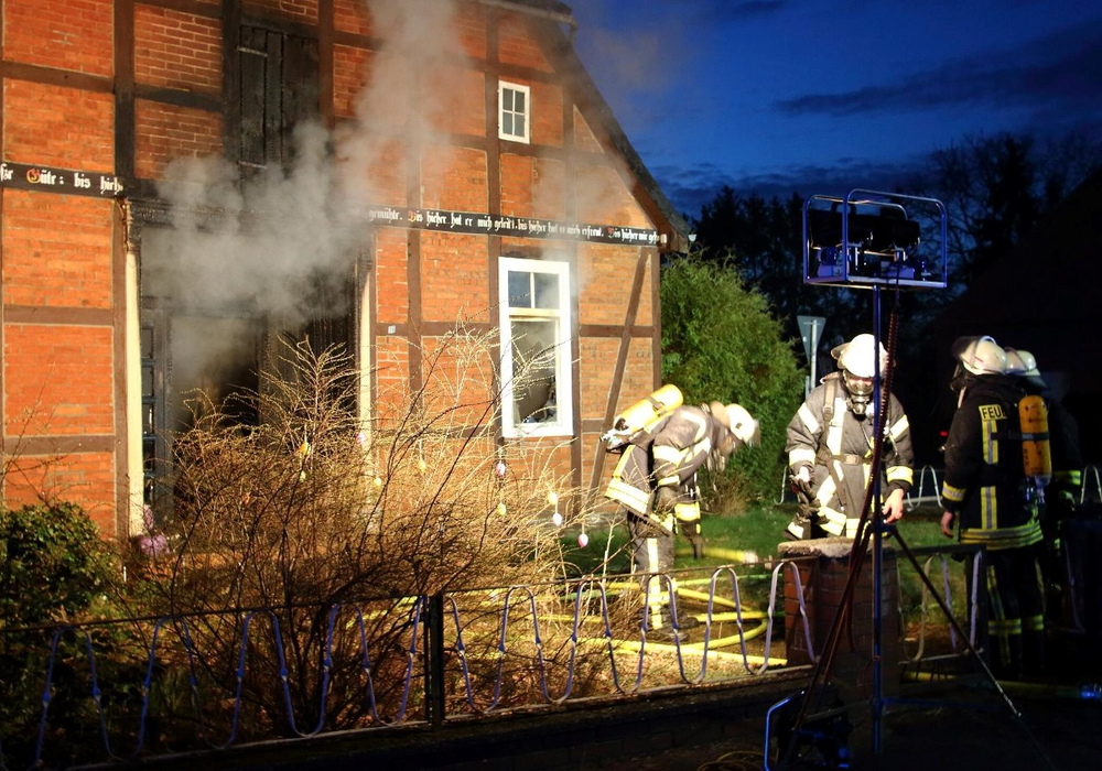 Beim Eintreffen der Feuerwehr in Teschendorf war das Haus bereits vollständig mit Rauch gefüllt. Fotos: Hawellek/Kreisfeuerwehrpressestelle
