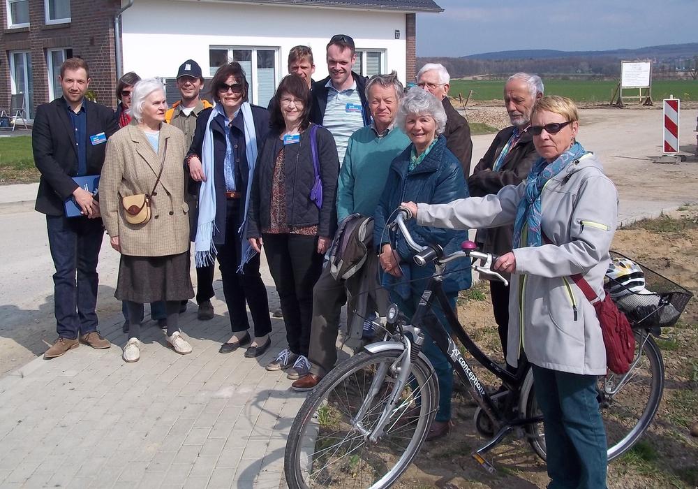 Das Neubaugebiet Doormorgen und der Apothekenweg in Sickte waren nur zwei von vielen Stationen des 2. CDU-Bürgergesprächs in Sickte, das von den CDU-Samtgemeinde- und Gemeinderatskandidaten Tobias Bosse ( 1. von links) und Florian Dörnbrack (8. von links) sowie der CDU-Ratsfrau Ulrike Bosse (5. von links) geleitet wurde. Foto: Privat
