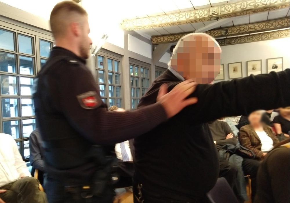 Was den Mann wirklich zu seinem Ausbruch bewegte blieb unklar. Noch im Beisein der Polizei wütete er in Richtung des Bürgermeisters. Fotos: Werner Heise