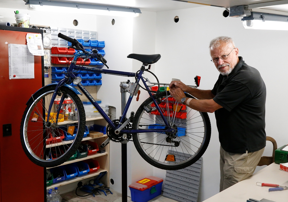 Jürgen Hartmann macht in der Fahrradwerkstatt die Fahrräder fit. Foto: Stadt Wolfenbüttel