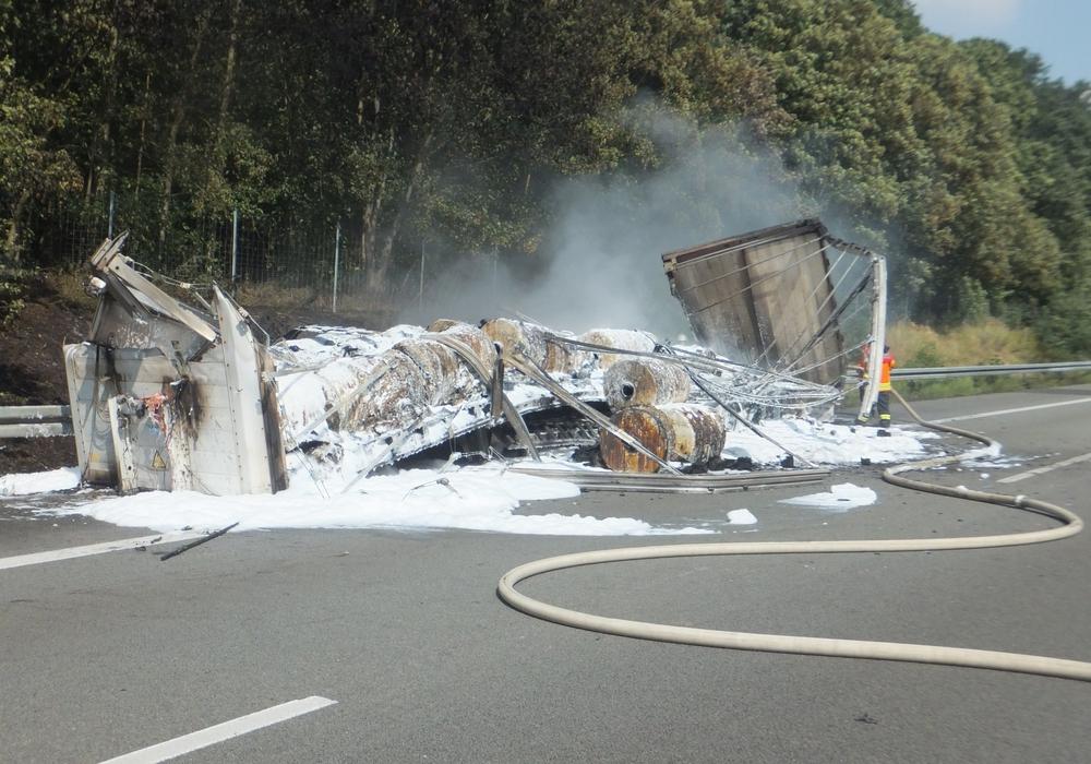 Der LKW wurde beim Brand vollständig zerstört, Foto: Feuerwehr