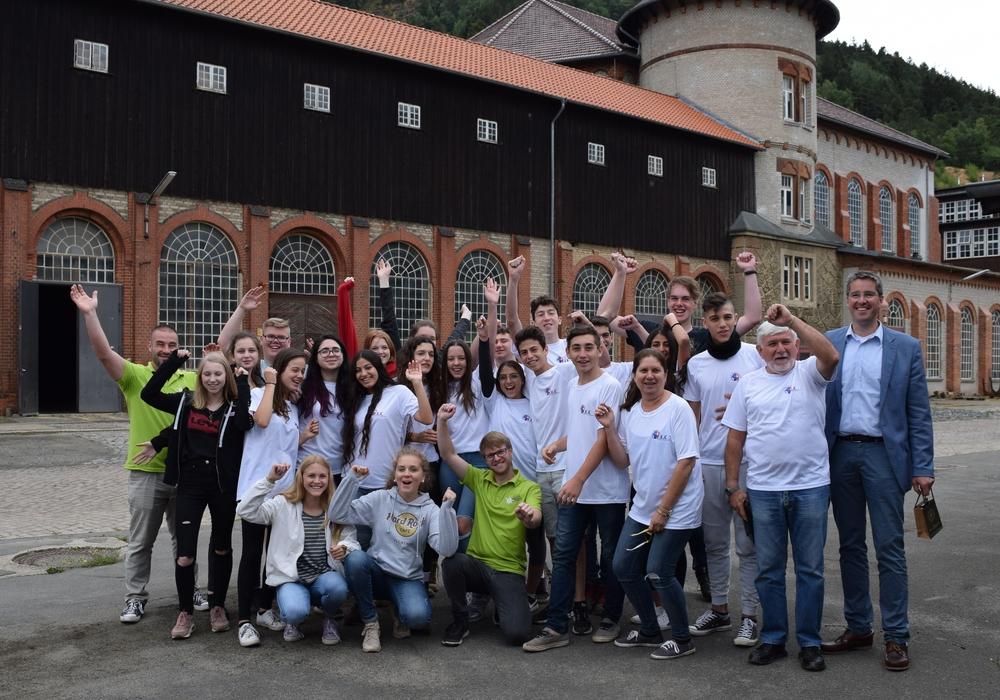 Die Jugendlichen aus Goslar und Ra'anana freuen sich genauso über die Freundschaft wie Oberbürgermeister Dr. Oliver Junk und die israelischen Betreuer Meir Yadov und Rachel Zamen (vorn, von rechts). Foto: Stadt Goslar
