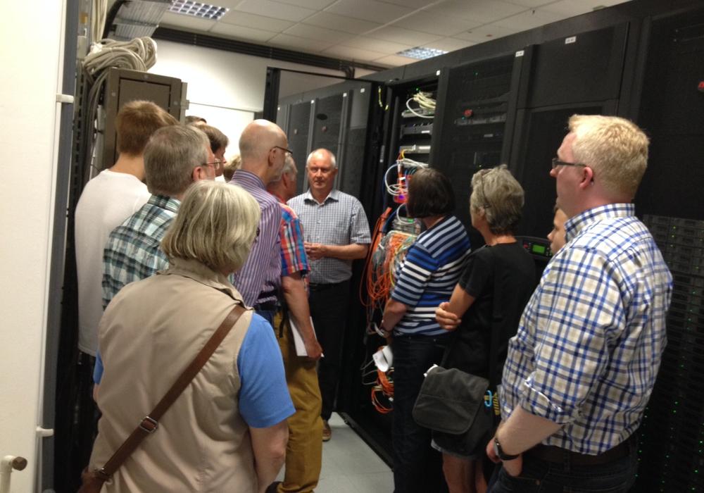 Der Leiter des Rechenzentrums der Ostfalia Peter Franke erklärt den Gästen des SPD-Sommerprogramms die Technik im Serverraum. Foto: SPD