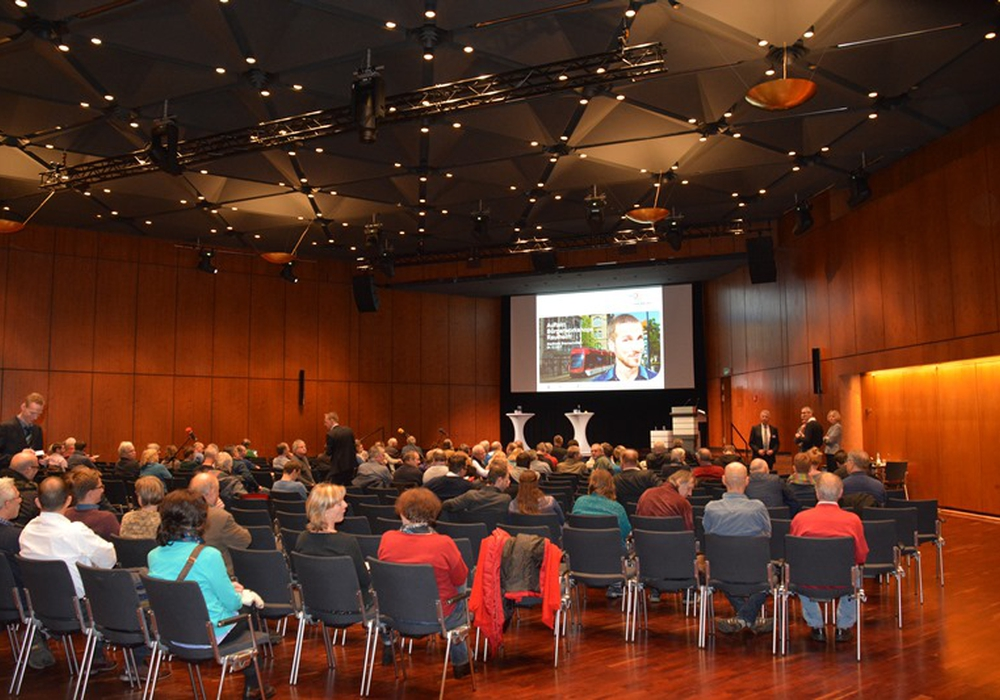 Am Dienstagabend  informierten sich Bürger in der Stadthalle über die Trassenführung nach Rautheim. Fotos: Verkehrs-GmbH