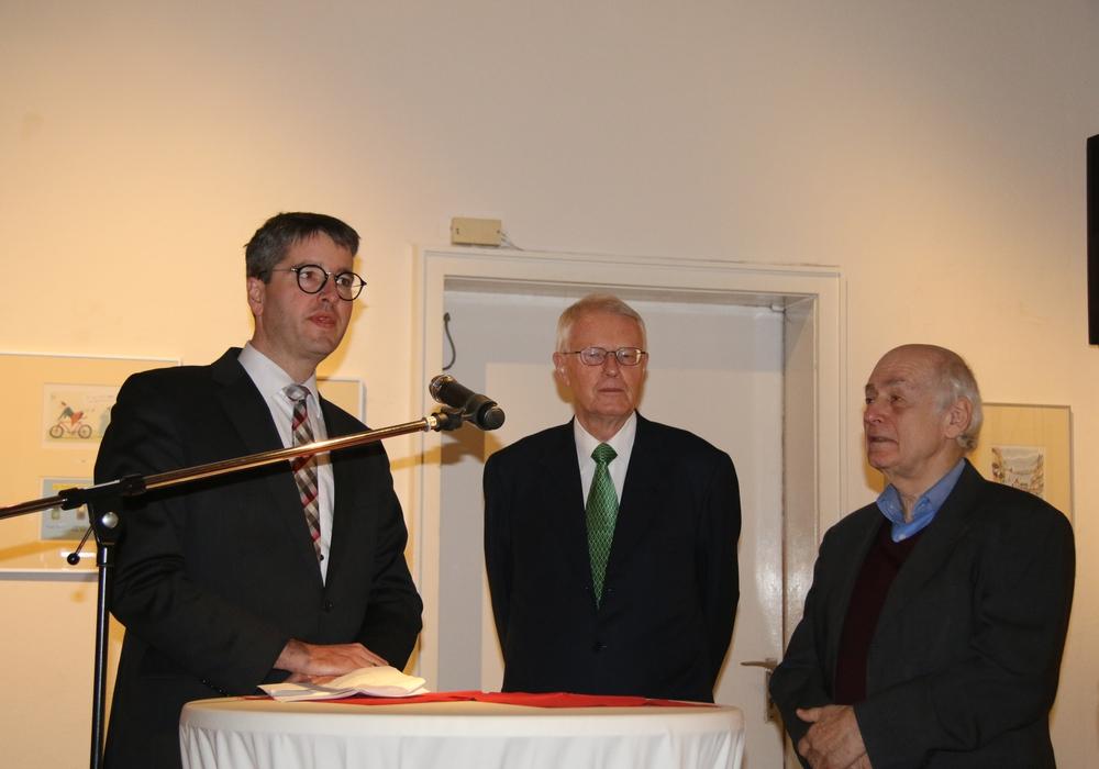 Oberbürgermeister Dr. Oliver Junk, Kay Nehm, Präsident des Verkehrsgerichtstages, und Philip Heinisch, Vorsitzender der Cartoonlobby e.V., richteten das Wort an die Besucher. Foto: Nino Milizia