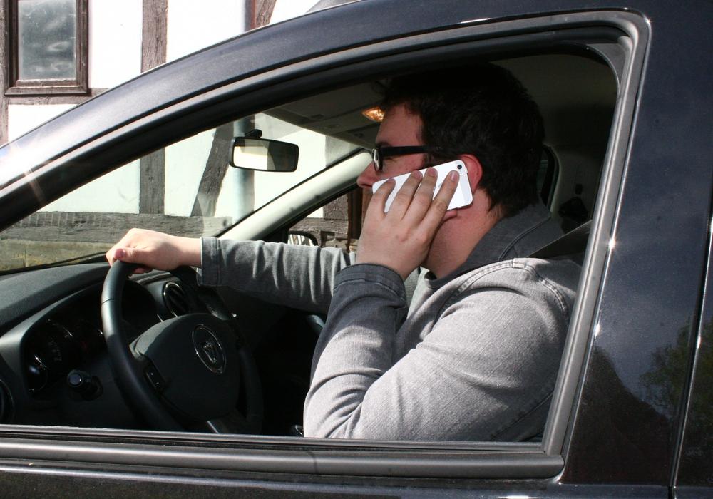 Laut internationaler Studien stehen mehr als die Hälfte der Verkehrsunfälle im Zusammenhang mit Ablenkung am Steuer. Symbolfoto: Anke Donner