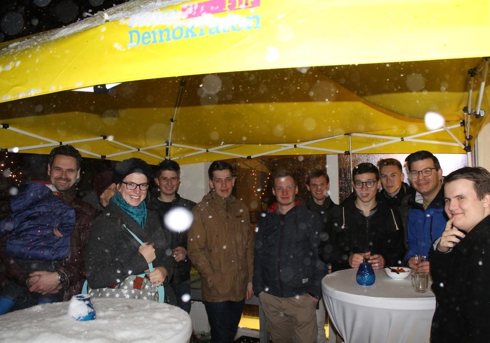 Draußen wie drinnen trafen sich am Sonntag Wolfenbütteler Freidemokraten zur Weihnachtsfeier bei Björn Försterling (2. von rechts). Foto: FDP