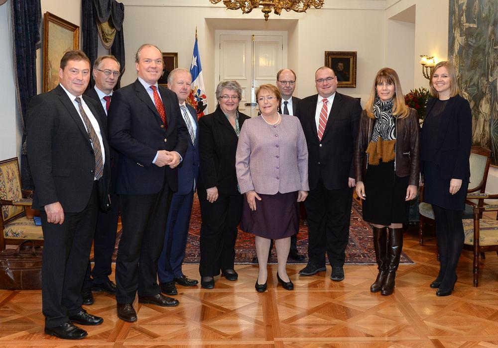 Im Palast La Moneda hat die chilenische Präsidentin Michelle Bachelet (6. v.l.) ihren Sitz. Mit ihr sprach die Delegation der Unionsabgeordneten über Arbeitsmarkt- und Sozialpolitik. Foto: Privat