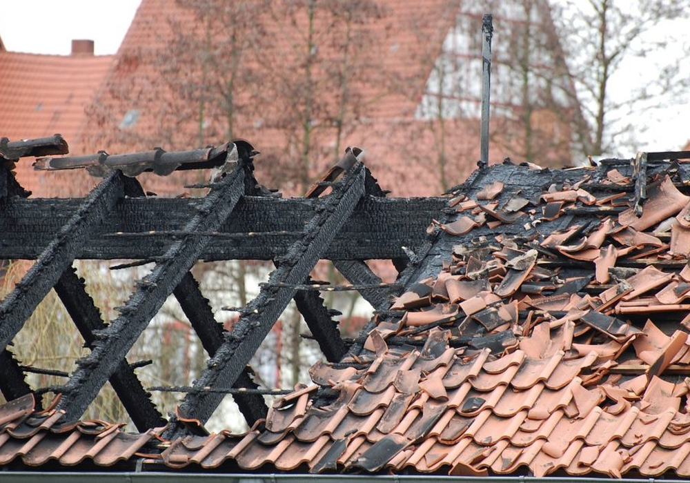 Ein Feuer zerstört schnell Großteile eines Gebäudes. Eine Versicherung fängt den finanziellen Schaden ab. Symbolfoto: Pixabay