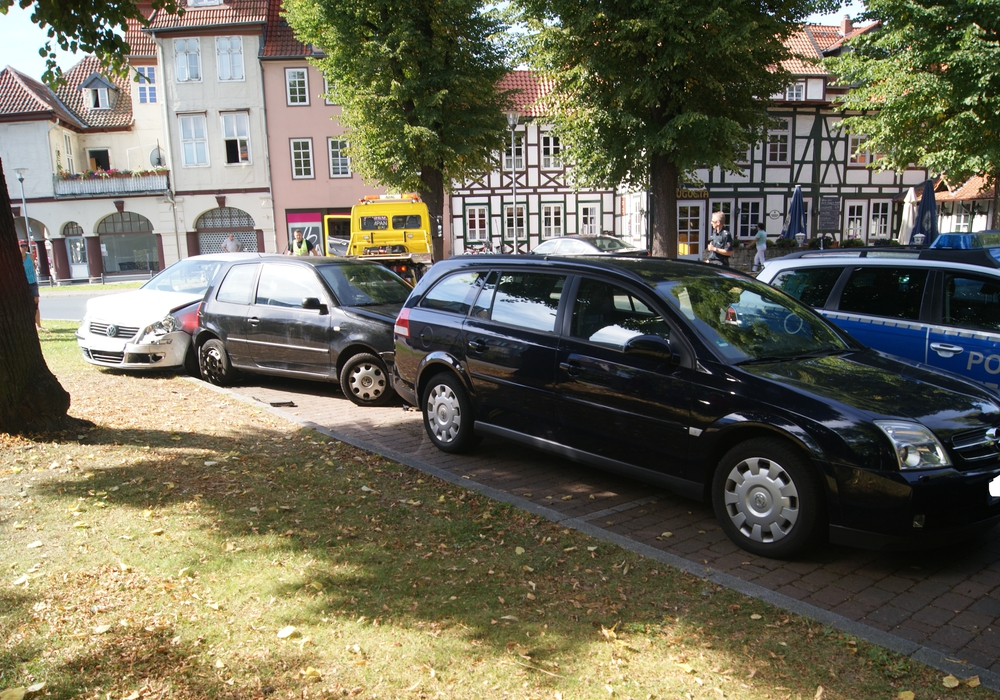 Eine ältere Dame beschädigte beim Ausparken ein anderes Auto. Symbolfoto: Anke Donner
