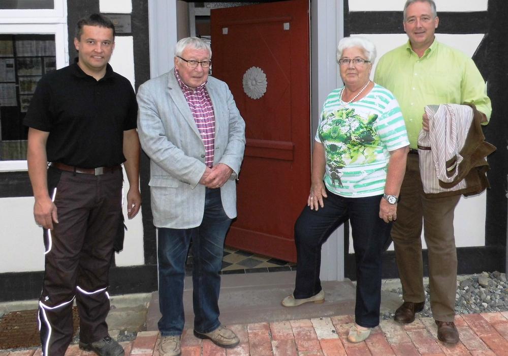 Frank Oesterhelweg (r., MdL) mit den Vorstandsmitgliedern Florian Kinne (l.), Dr. Kurt Kühne und Doris Liefner während seines Besuches im Gärtnermuseum.