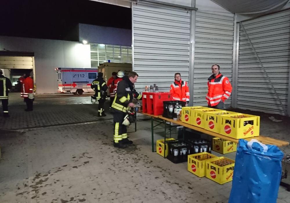 Die ehrenamtlichen Einsatzkräfte des DRK versorgten die Feuerwehrleute mit Getränken. Foto: DRK