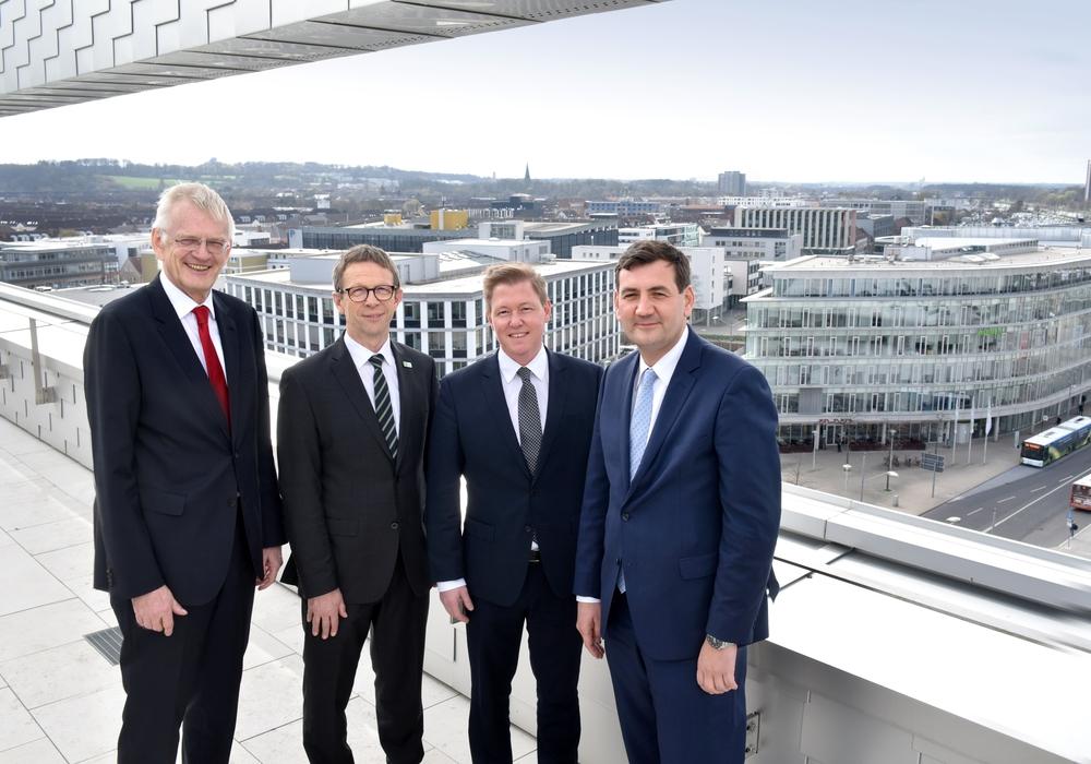 Manfred Günterberg (Wolfsburg AG), Klaus Mohrs (Stadt Wolfsburg), Timo Herzberg (Signa) und Gunnar Kilian (VW) (v. li.). Foto: Stadt Wolfsburg/Lars Landmann