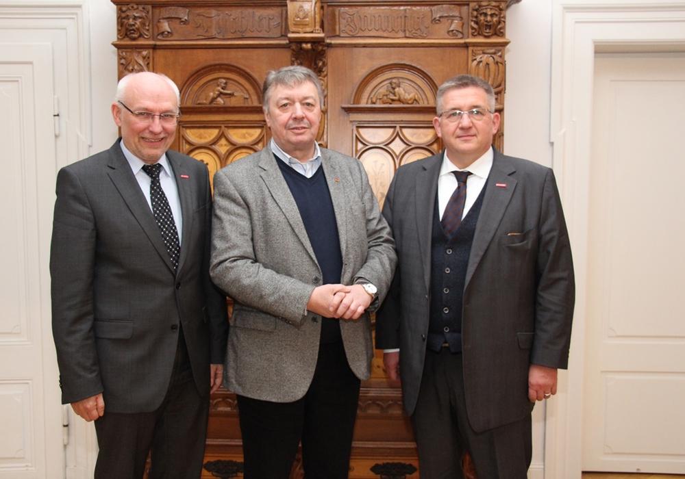 Der Bundestagsabgeordnete Günter Lach (Mitte) mit Kammerpräsident Detlef Bade (rechts) und Hauptgeschäftsführer Eckhard Sudmeyer.