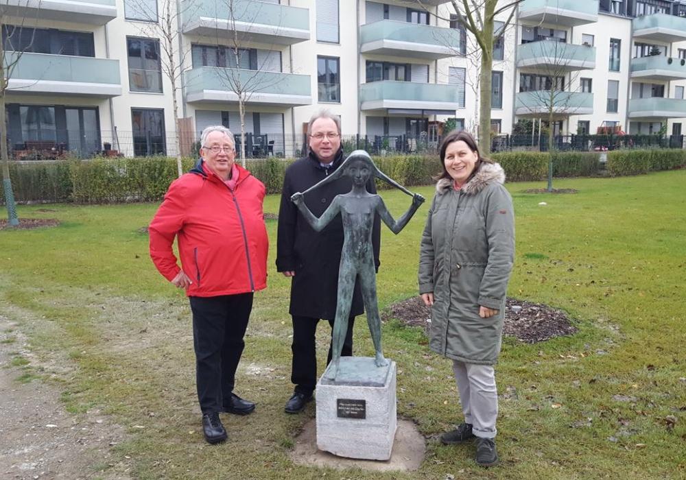 Von links: Ortsbürgermeister Stadtmitte Detlef Conrad, Stefan Krieger (Geschäftsbereichsleiter Kultur) und Steffi Crain (Institut für Zeitgeschichte und Stadtpräsentatioin-IZS)