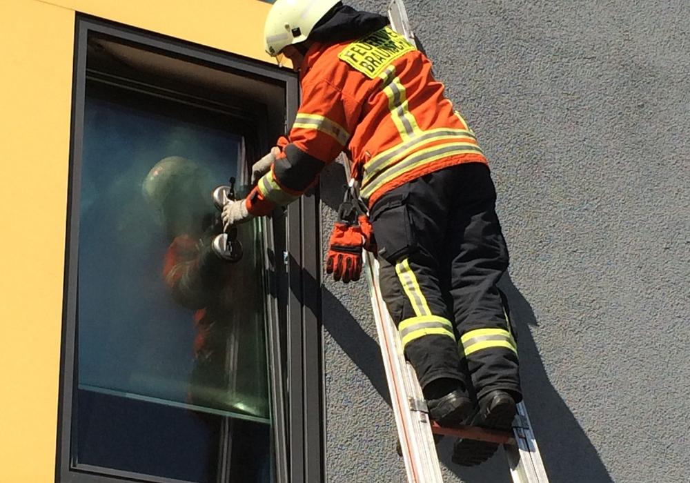 Mit Spezialwerkzeug konnte die Feuerwehr der Mutter helfen. Symbolfoto: Feuerwehr Braunschweig