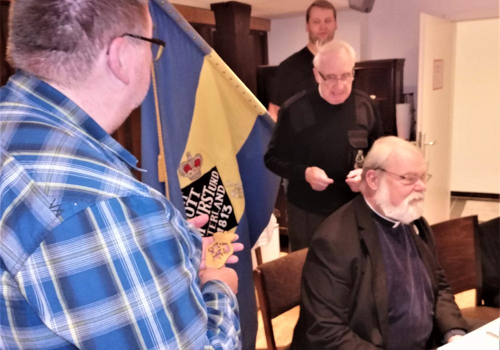 Präsentation der Fahne und Übergabe der Fahnenspitze durch Albert Rauhe (2. v. l.) an den Ersten Vorsitzenden Thomas Musahl (l.). Foto: Privat