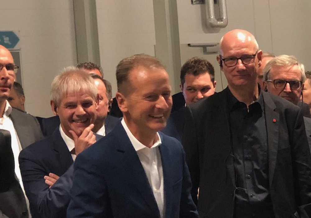 OB Klingebiel, Vorstand Diess, Betriebsrat Windmüller heute bei der Eröffung des CoE im VW-Werk Salzgitter . Foto: Stadt Salzgitter