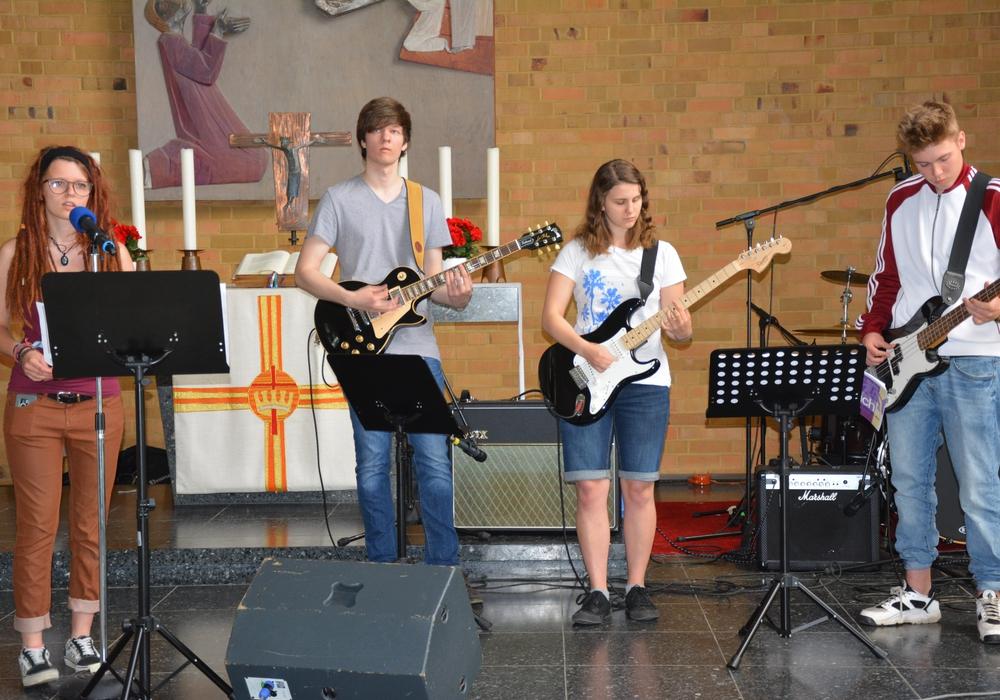 Die Jugendband KIBA spielt auf dem Konfirmandentag in der Kirche. Fotos: Evangelisch-Lutherischer Kirchenkreis Peine