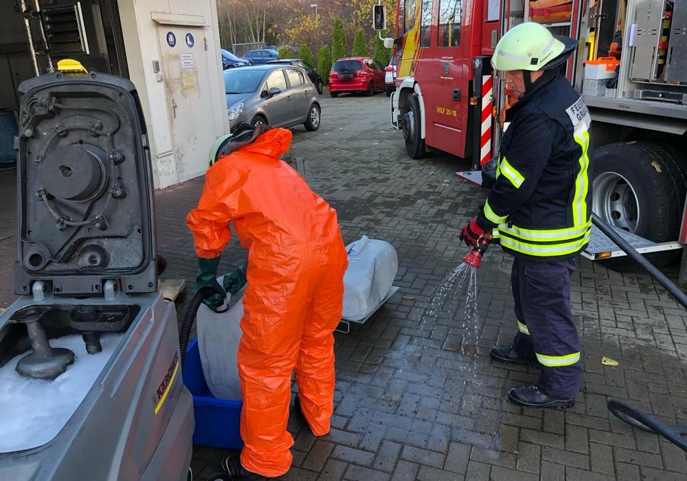 Die ausgelaufene Säure wurde von der Feuerwehr verdünnt, aufgenommen und in Behälter umgefüllt. Fotos: Feuerwehr Grasleben