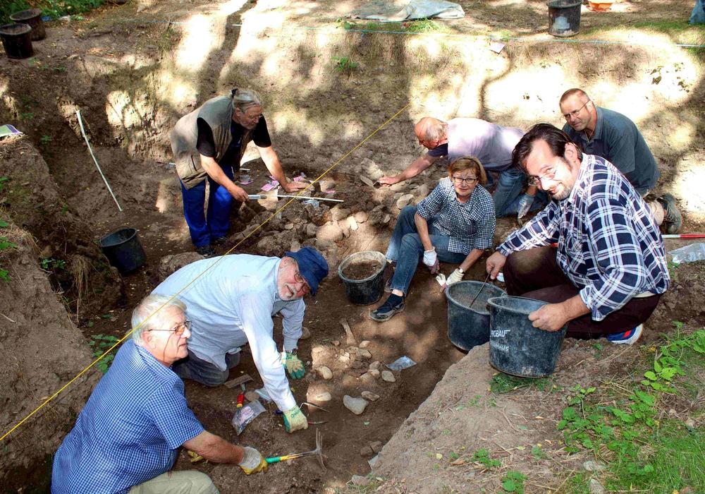 Im Grabungskasten bei der ungewöhnlichen Steinsetzung Neu entdeckt: Wolf- Dieter Steinmetz, Manfred Bolluck (Mitte) und Lothar Jungeblut (vorne) untersuchen die Pfostenlöcher. Foto: Bernd-Uwe Meyer