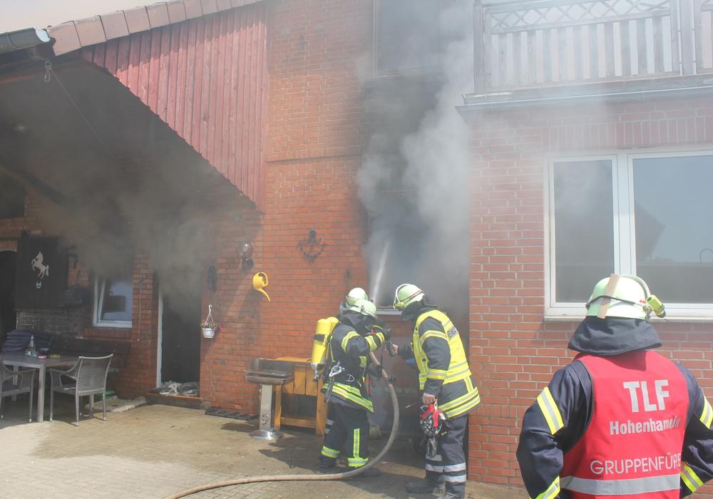"""Im gesamten Haus war durch den starken Rauch gleich """"Null-Sicht"""". Fotos: Gemeindepressewart FFW Hohenhameln"""